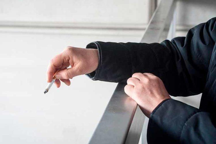 Можно ли курить на балконе своей квартиры: новый закон